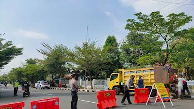 Satuan Samapta Polres Ciamis Lakukan Penyekatan di Simpang Tonjong