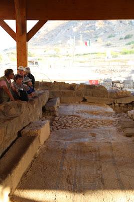 8-10/ Une mosaïque datant du premier siècle retrouvée dans une les ruines d'une synagogue à Magdala.