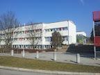 Das Mittelschulgebäude in Schwarzach wurde von 1970-1973 erbaut und 1971 in Betrieb genommen. In den Jahren 2009-2012 wurde das Gebäude generalsaniert und auf den neuesten energetischen und technischen Stand gebracht.
