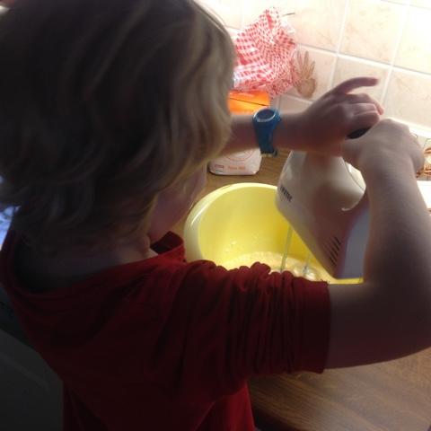 Kind rührt mit dem Mixer