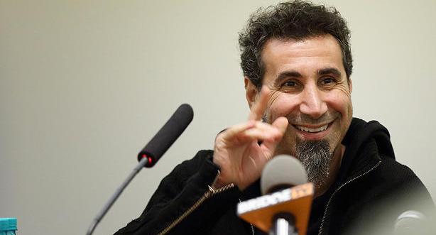 Serj Tankian assina carta de apoio ao candidato à presidência Bernie Sanders