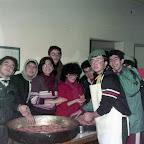 1984_04_19-22 -02 Eskişehir Düğüm Kampı Mutfak - Öndekiler; Onur, Tolga, Ahmet - Arkadakiler; Selçuk, Tarkan, Mine, Selçuk, Mine Gürkan.jpg