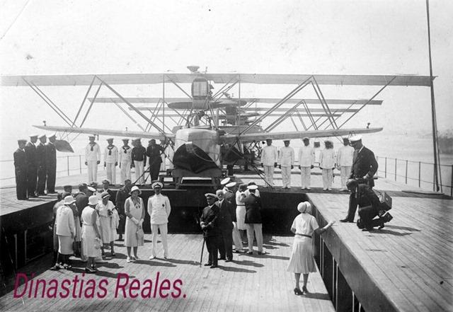 Los Reyes visitando el hidroavión 'Dédalo' en el puerto de Santander._0