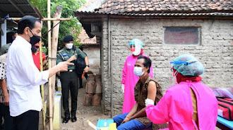 Presiden Jokowi Tinjau Program Vaksinasi dari Pintu ke Pintu di Kota Cirebon