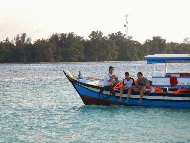 Menjelajah pulau dengan perahu ojek