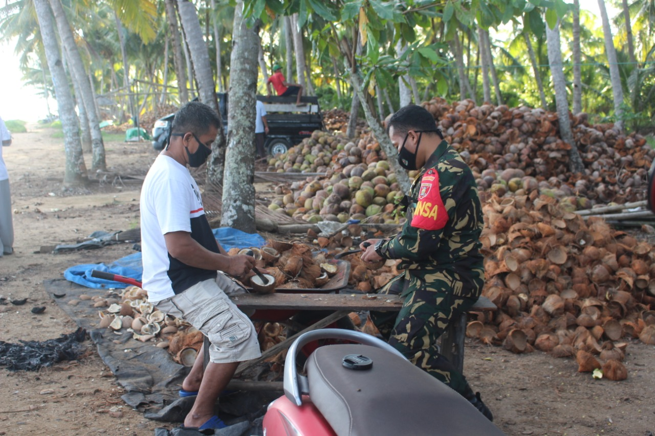 Wujud Kedekatan Babinsa Dengan Warganya Dengan Menerapkan 8 TNI Wajib