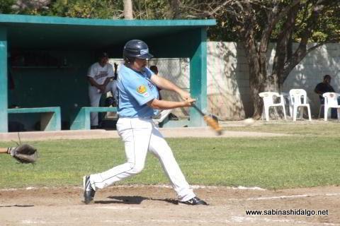 Jesús Garza bateando por Cerveceros en el beisbol municipal