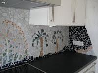 Rechte Ecke des Mosaiks Die Blütenfarbe wiederholt sich zwischen scharz und weiß