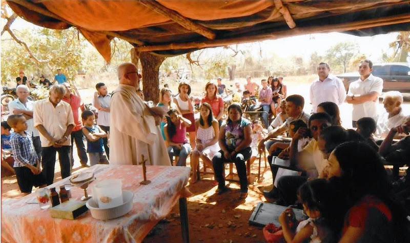 Don Ugo Montagner durante un'Eucarestia nella missione di Alto Parnaiba