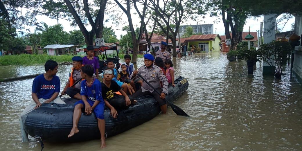 Polres Sergai Bantu Evakuasi Korban Banjir di Desa Sri Rampah