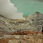 schodzimy na dół krateru, czyli tam, gdzie turystom absolutnie nie wolno wchodzić