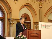 3 - Csóti György, a Kisebbségi Jogvédő Intézet igazgatója köszönti a résztvevőket.JPG