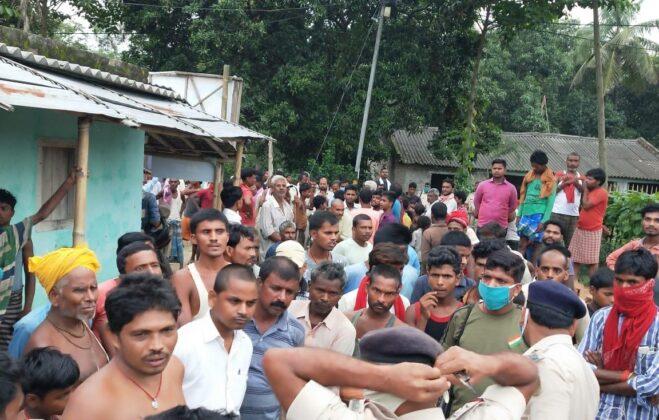 बेखौफ अपराधियों का तांडव सीएसपी संचालक से लूटी हुई रकम को लेकर भागने में हुए कामयाब वही ग्रामीणों ने एक को धर दबोचा किया पुलिस के हवाले