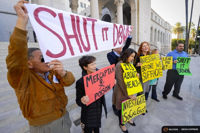 Protesters stand outside Los Angeles City Hall during a demonstration ahead of the testimony before the Los Angeles City Council on the natural gas leak in the Porter Ranch area of Los Angeles, California, 1 December 2015. Photo: Gus Ruelas / REUTERS