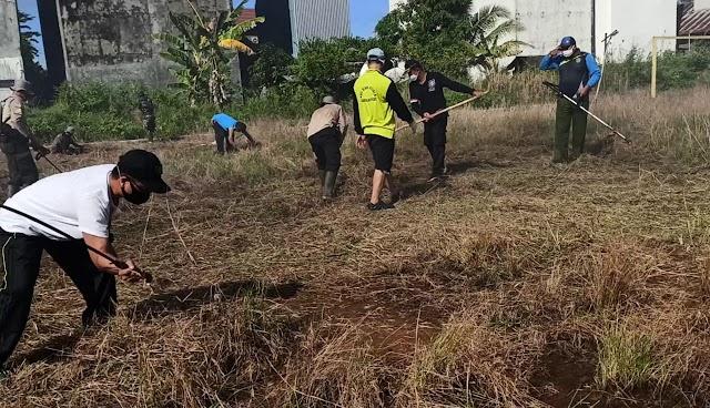 Peringati Harjad Pulpis, Polsek Kahkul Bersihkan Lapangan Bola