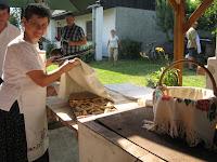 A lelkes segítők kenyérlángossal kínálják a vendégeket.jpg