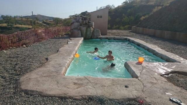 Alba piscinas com piscina tematizada con casadas for Bordillo piscina