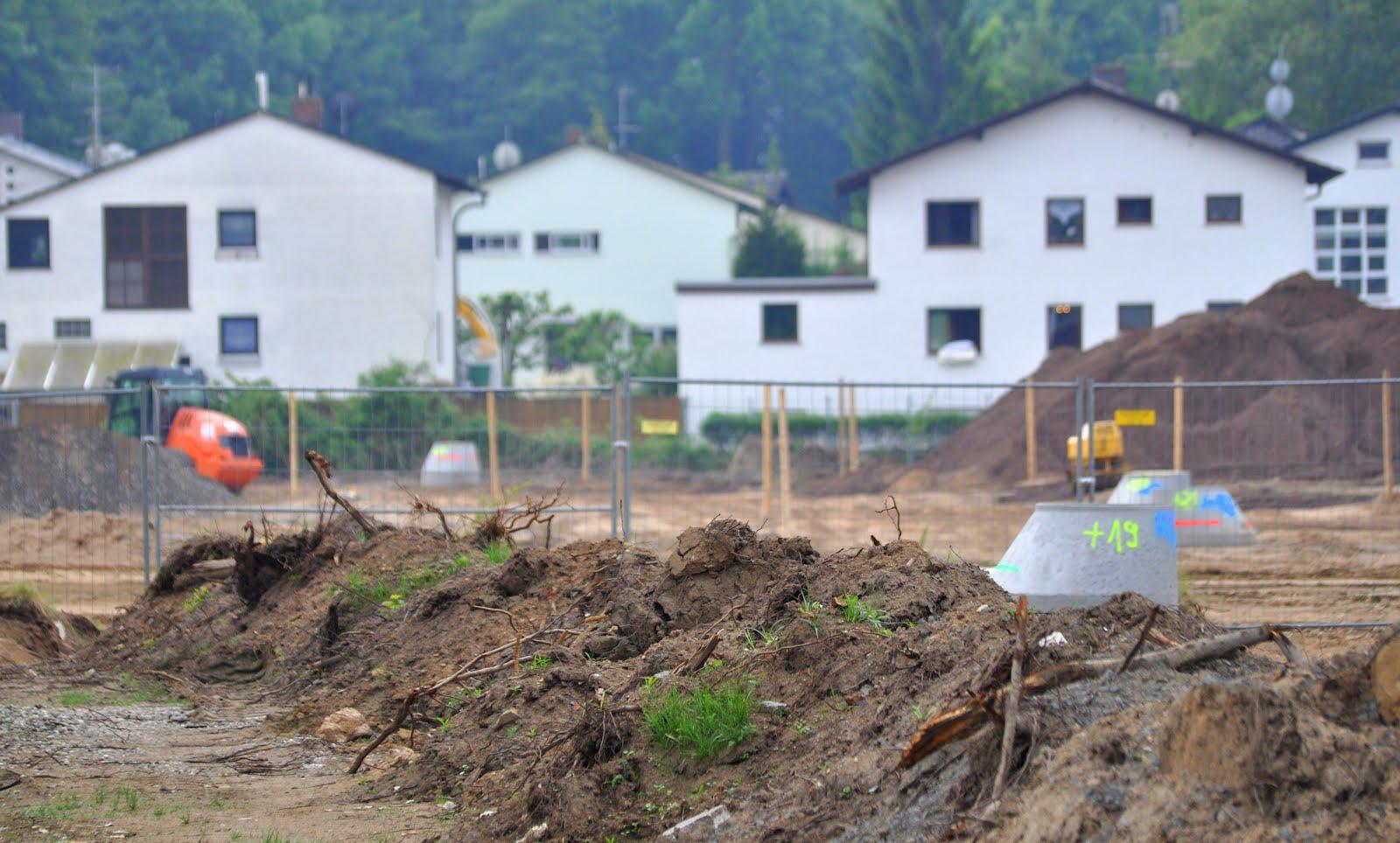 """Baustelle mit Wohngebiet """"Am Forst"""" im Hintergrund"""