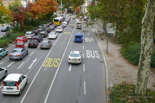 Dwa buspasy na jednej ulicy - jeden do jazdy na wprost, a drugi do skrętu. Rzadko wydać kierowców, którzy nie przestrzegają zakazu wjazdu na buspasy.