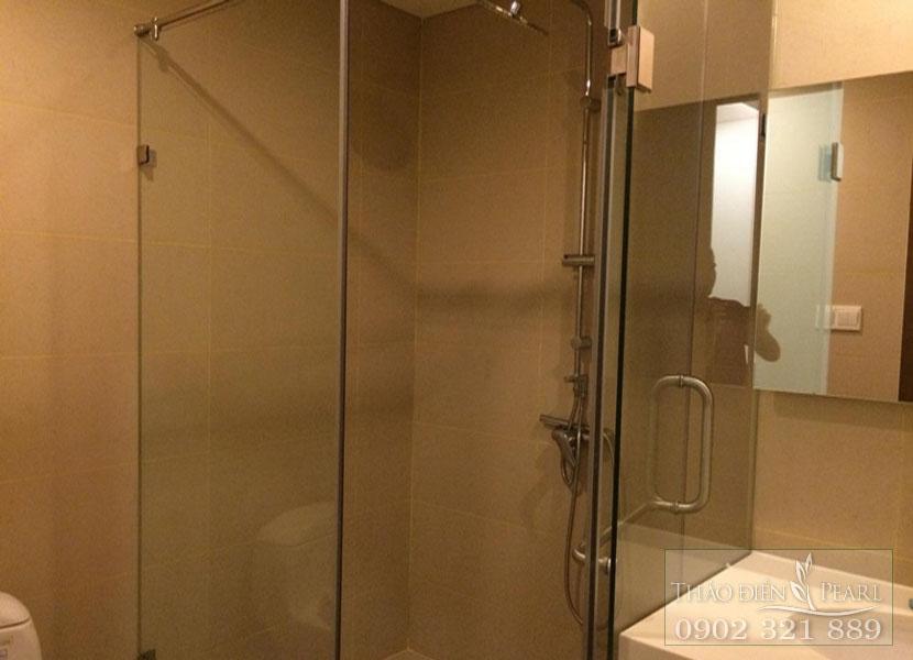 phòng tắm kính trong căn hộ thảo điện pearl cho thuê