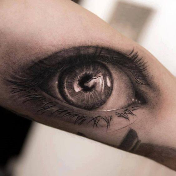 olhos_lacrimejantes_braço_de_tatuagem