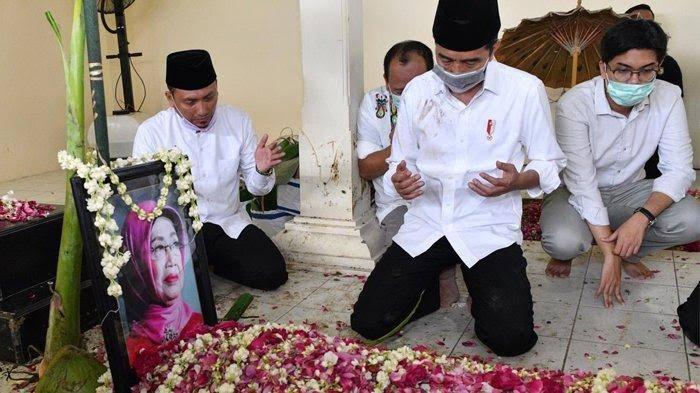 Momen Jokowi Kuburkan Jenazah Ibunda, Menangis dan Pakai Masker