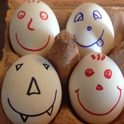Mit Gesichtern bemalte Frühstückseier