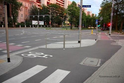 Znowu wygodne i szerokie skrzyżowanie. Podpórki dla rowerzystów czekających na zmianę świateł.
