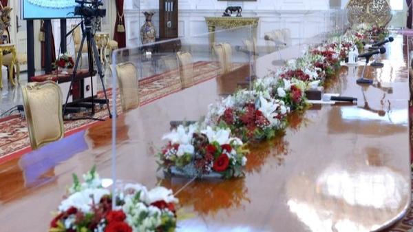 Perketat Protokol Kesehatan, Meja Presiden Jokowi Terima Tamu di Istana Disekat