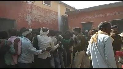 ब्रेकिंग न्यूज-:करैरा में खाद गोदाम पर सुबह से खाद के लिए लाइन में खड़े किसानों के ऊपर पुलिस ने बहुत ही बर्बता से लाठीचार्ज किया