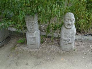 2016.05.24-054 statues dans le jardin coréen