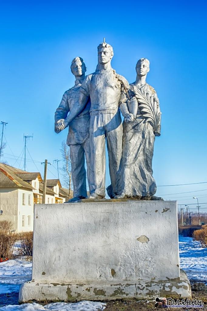 """Вроде бы тоже """"Дружба народов"""", но в городе эту статую называют """"3 дурака"""""""