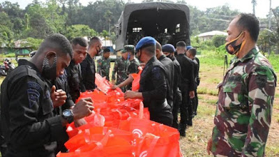 Kodam XVIII/Kasuari Dan Polda Papua Barat Peduli Masyarakat Terdampak Covid-19 Dengan Bagi-Bagi Sembako