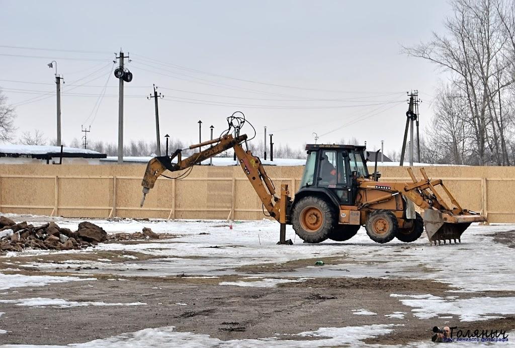 Замерзшая земля сначала пробивается вот таким трактором. Строители ждали экскаватор, чтобы уже начать копать.