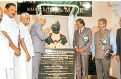 MGR_statue_Thanjavur_Tamil_University