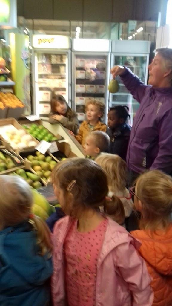 De Kleuters maken zelf een fruit- en groentewinkel. - 1.jpg