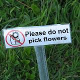 Please do not pick flowers Знак запрещающий рвать растения