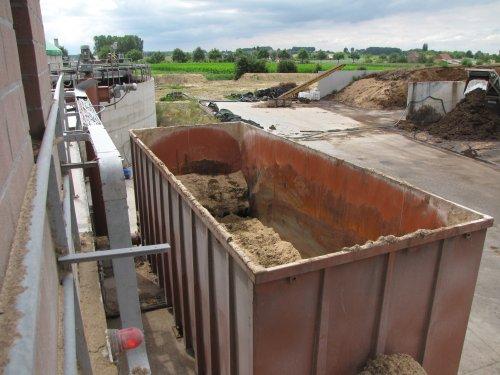De feeder: een grote container waarin de biomassa wordt gestort en geleidelijk aan wordt verwerkt en naar de vergister gestuurd.