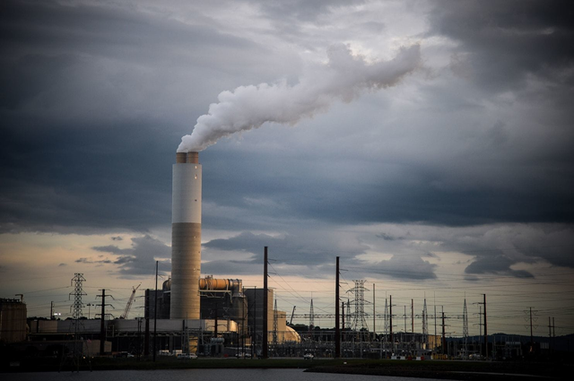 Emissions rise from Duke Energy's coal-fired power plant in Asheville, N.C., in September 2018. Photo: Charles Mostoller / Bloomberg News