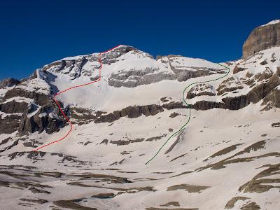 Itinerari d'ascens (vermell) i de descens (verd)