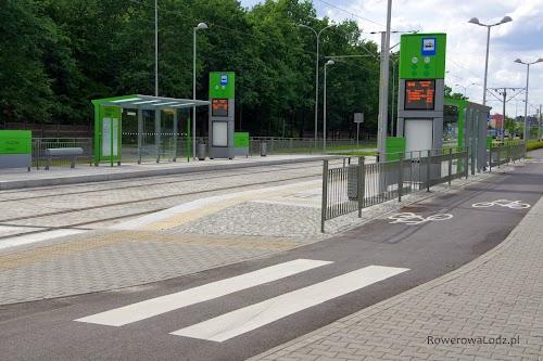 Nowoczesny przystanek tramwajowy - obok rowerówka.