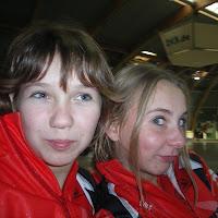 anne en johanne op de ijsbaan raar.JPG