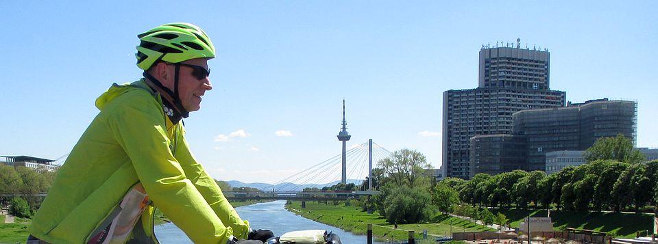 Chris on the Bike auf einer Neckarbrück in Mannheim mit Fernsehturm