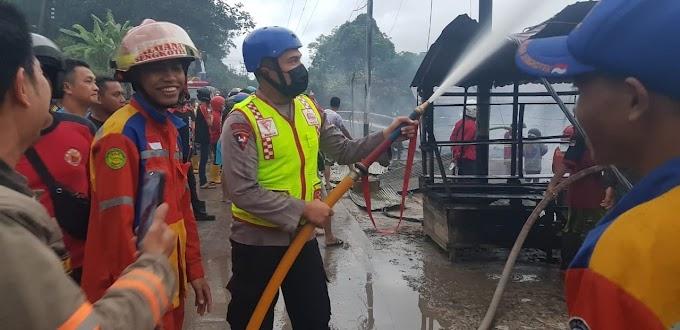 Terjadi Kebakaran, Brimob Kaltim Turunkan Tim Respon Bencana Untuk Padamkan Api.