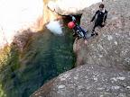 Le sauteur s'élance dans une eau limpide.