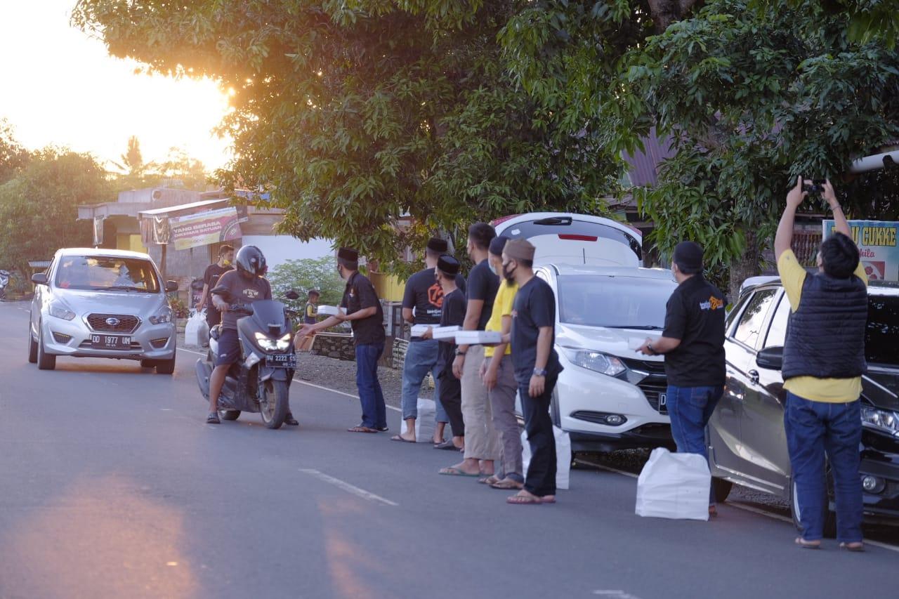 Komunitas 72 Berbagi Paket Kepada Pengendara yang Melintas Perbatasan Kabupaten Soppeng dan Kabupaten Bone