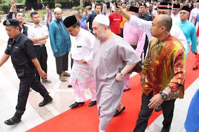 Kebawah Duli Yang Maha Mulia Seri Paduka Baginda Yang DiPertuan Agong XV, Sultan Muhammad V telah berkenan mencemar duli untuk berangkat ke Masjid Putra