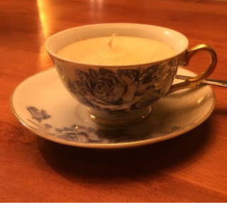 Kaarsen in een porseleinen kopje