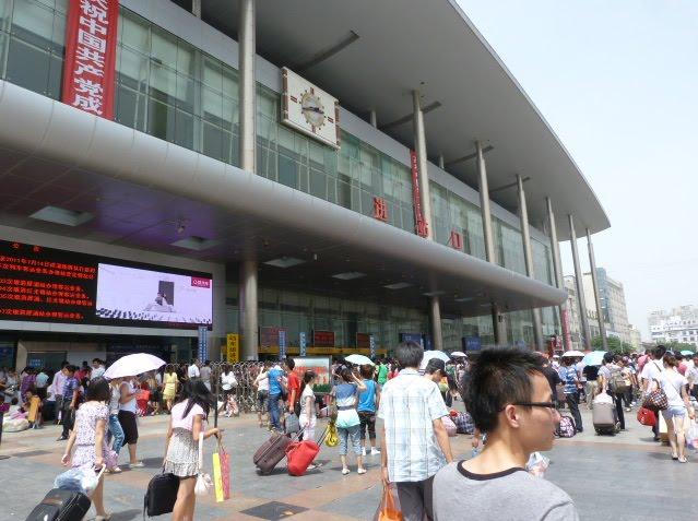 Un des gares de Chengdu.Le contraste après cette nuit