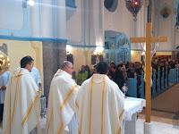 Kezdődik a szentmise, középen az est vendég-lelkiatyja.JPG